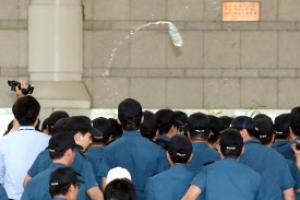 박영수 특검에게 물병 던진 50대 구속영장은 기각됐지만…