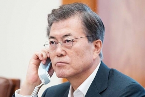 """문 대통령 아베 총리와 통화…""""지금은 대북 압박·제재 강화할 때"""""""