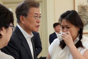 가습기살균제 피해자들 눈물·감사…어깨 다독이고 위로한 문 대통령
