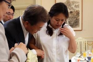 """'살균제' 6년 만에 한풀이… 文 """"안전 때문에 억울한 눈물 없게"""""""