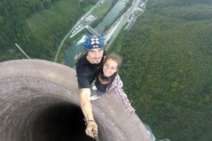 '보기만해도 아찔' 맨손으로 365미터 굴뚝에 오른 커플