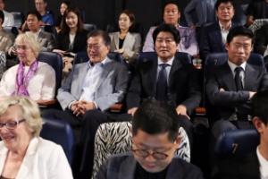 [서울포토] 문 대통령, 힌츠페터 부인·배우들과 '택시운전사' 관람