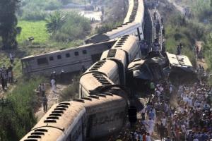 종잇장처럼 구겨진 이집트 열차… 최소 40여명 사망·100여명 부상