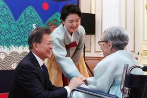 [서울포토] 김복동 할머니와 인사하는 문재인 대통령과 김정숙 여사