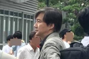 조국 민정수석, 택시 타려고 시민들 사이에 줄 선 모습 '찰칵'