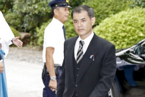 """아베, 야스쿠니에 공물료 납부 """"못가서 죄송""""…의원 집단참배"""