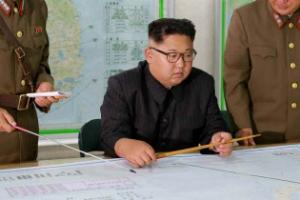"""'괌 사격' 보고받은 金 """"美 지켜볼 것""""… 물밑으론 협상 타진"""