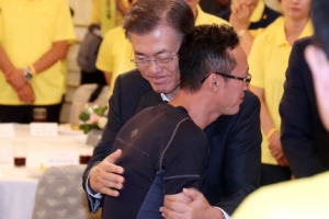 [포토] 세월호 피해자 가족 위로하는 문재인 대통령