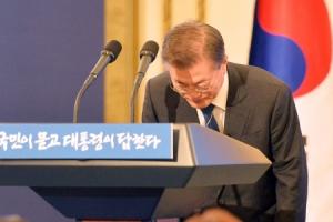 [서울포토] 인사하는 문재인 대통령