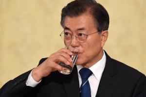 [서울포토] 물 마시는 문재인 대통령