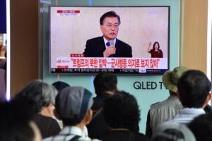 [서울포토] 문 대통령 기자회견 시청하는 시민들