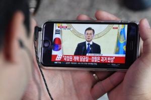 [서울포토] 문재인 대통령 취임 100일 기자회견 시청하는 시민
