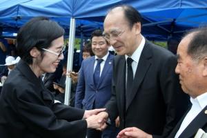 장준하 선생 42주기 간 피우진… 현직 대통령 첫 추모사 대독