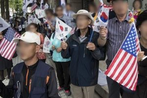 """박근혜 재판서 검찰에 """"너희들 총살감이야""""…감치 5일 처분 받아"""