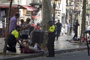 """바르셀로나 광장 덮친 밴… 경찰 """"테러"""""""