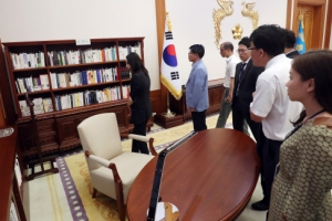 [서울포토] 문재인 대통령 서재 둘러보는 출입기자단