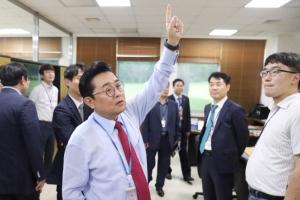[서울포토] 출입기자들에게 청와대 내부 설명하는 전병헌 정무수석
