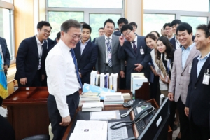 [서울포토] 청와대 집무실 소개하는 문재인 대통령