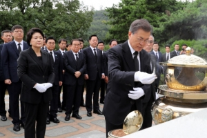 문재인 대통령 내외, 김대중 전 대통령 묘역 참배