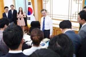 [서울포토] 출입기자들 맞이하는 문재인 대통령