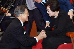 김대중 대통령 서거 8주기…이희호 여사 앞에 무릎 굽힌 文