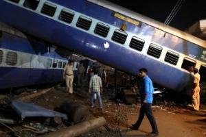 인도 북부서 열차 탈선 처참한 현장…최소 23명 숨져