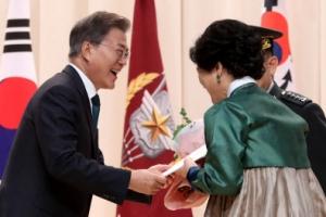 文대통령, 李합참의장에 항공권 전역선물…'45번 이사'에 감동