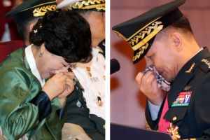 42년 군생활 마감한 이순진 합참의장…눈물 흘리는 부부