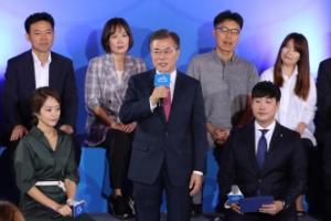 [서울포토] '대국민 보고대회' 일어서서 발언하는 문재인 대통령
