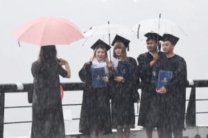 [서울포토] '비 내리는 졸업식'