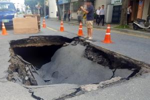 대전 도로 한복판에 깊이 2m '땅꺼짐' 발생…인명피해 없어