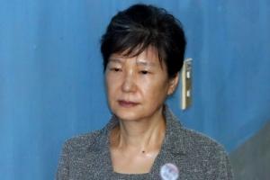 [포토] 단정한 올림머리·무표정으로 법정 향하는 박근혜 전 대통령