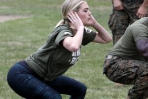 [포토] '군복 입어도 섹시미 철철'… 해병대 훈련받는 케이트 업튼