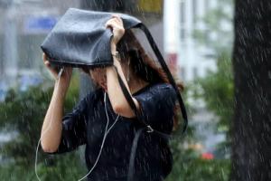 [포토] '비가 야속해'… 깜짝 폭우에 속수무책