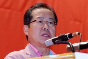 박근혜 출당 논의 없자 단호한 목소리낸 洪 한국당 대표