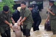 홍수 난 농장에서 구조된 돼지의 '환한 미소' 화제