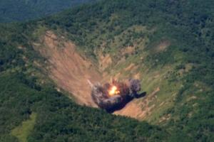 """문 대통령 """"강력한 대북응징 능력 과시"""" 지시…공군, 1t 폭탄 8발 투하훈련"""
