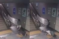 에스컬레이터 바닥 아래로 추락한 여성, 과연?