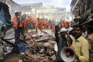 '물폭탄' 인도 뭄바이 117년된 건물 붕괴… 16명 사망