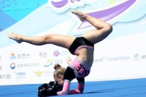 [포토] '현란한 몸놀림'… 눈길 사로잡는 치어리더 공연