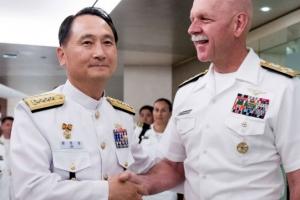 美 태평양함대 사령관과 악수하는 엄현성 해군참모총장