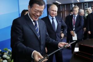 푸틴, 文대통령에게 19세기 조선시대 장검 선물