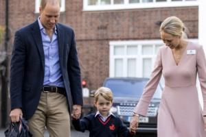 [포토] 엄마·아빠 손 잡고 첫 등교하는 영국 조지 왕자