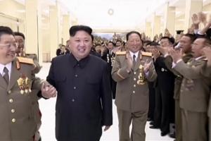 김정은, 핵 개발 과학자와 다정하게 손잡고 팔짱껴 '각별 애정'
