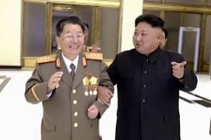 北김정은, 핵무기연구소장 손잡고 팔짱끼고…'애정·신뢰' 과시