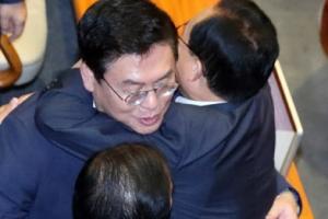 김이수 부결에 얼싸안는 자유한국당