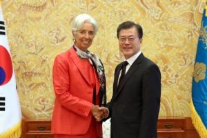 """문 대통령, 라가르드 IMF 총재 접견…""""한국 정부 경제정책, IMF 권고에 부합"""""""