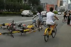 도로에 자전거 눕혀놓는 여성, 왜?