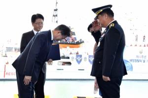 [서울포토] 문 대통령, '해양경찰의 날' 유공자에 고개숙여 인사