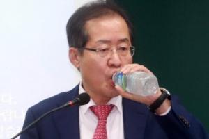 [서울포토] 물 마시는 홍준표 대표